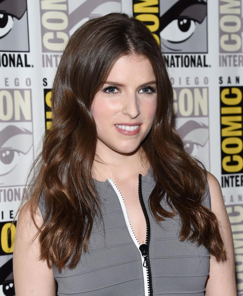 Anna Kendrick with long brunette hair at the Comic Con 2016.