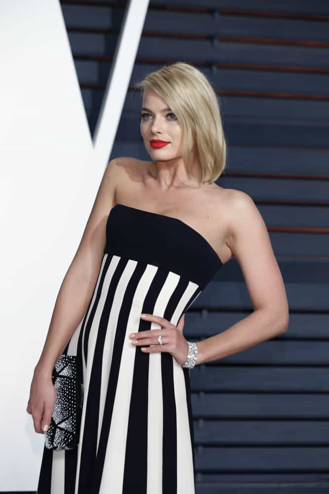 Margot Robbie in a bob-cut hair at the Vanity Fair Oscar Party 2015.