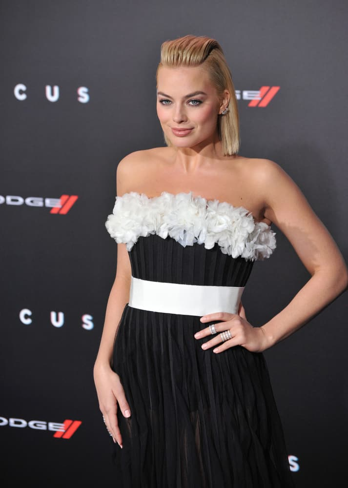 """Margot Robbie with a bob-cut hair at the Los Angeles premiere of her movie """"Focus"""" 2015."""