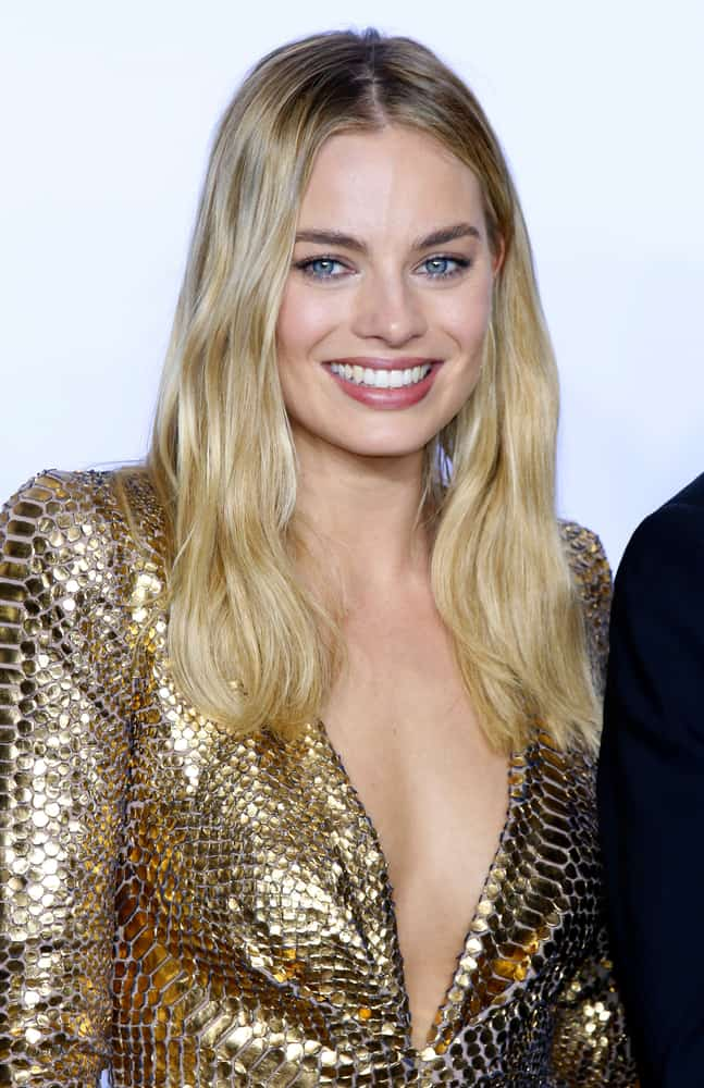 Margot Robbie with her long blonde hair at the 88th Annual Academy Awards 2016.