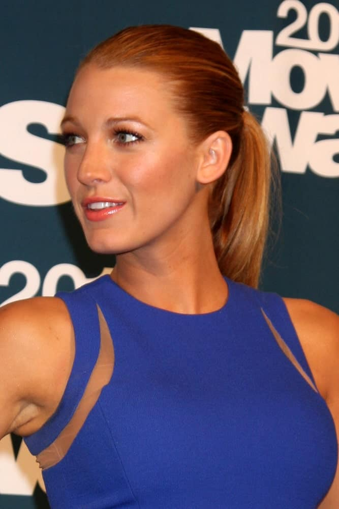 Blake Lively was in the press room of the 2011 MTV Movie Awards at Gibson Ampitheatre last June 5, 2011 in Los Angeles, CA. She paired her blue dress with a slick highlighted ponytail and a simple make-up.