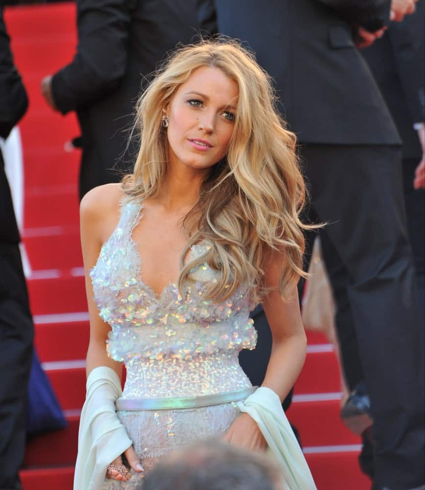 Last May 15, 2014, Blake Lively flaunted her sexy blond beach waves, glittery gown and simple make-up at the premiere of