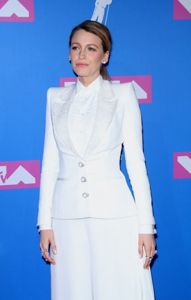 Blake Lively was at the 2018 MTV Video Music Awards held at the Radio City Music Hall in New York last August 20, 2018. She paired her all-white ensemble outfit with a casual dark highlighted low ponytail hairstyle.