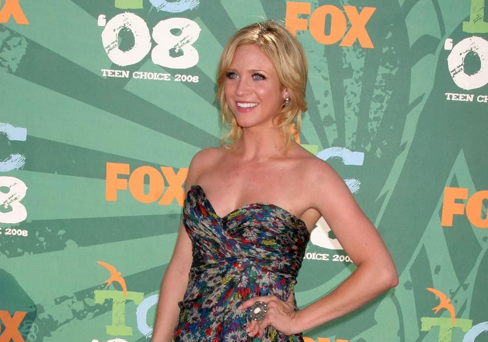 Brittany Snow was at the 2008 Teen Choice Awards in Gibson Amphitheater, Universal City, CA on August 3, 2008. She wore a lovely floral strapless dress with her messy and loose blonde bun hairstyle.