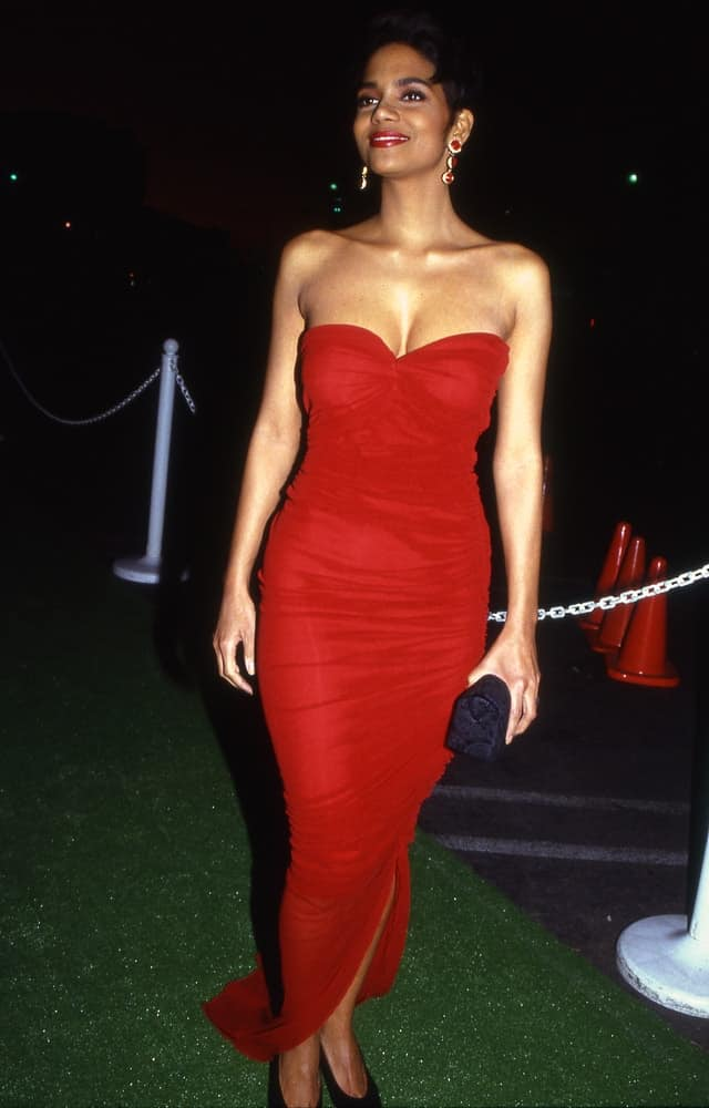Way back in 1991, Halle Berry was seen arriving at a star studded event in Los Angeles, California. She came with her sexy strapless red dress that she paired with a side-swept pixie hairstyle.