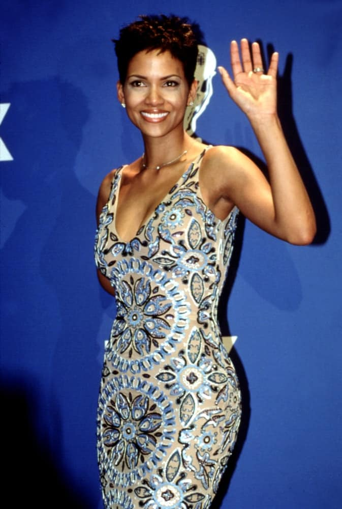 Halle Berry waved to the crowd and flashed her beautiful smile that goes well with her blue patterned dress and short tousled pixie hairstyle at the March 2000 NAACP Image Awards.