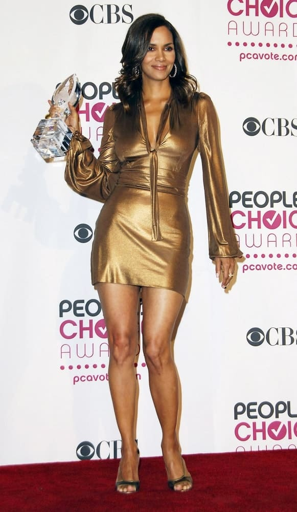 Halle Berry showed off her newly won trophy in the press room for The 33rd Annual People's Choice Awards held at The Shrine Auditorium in Los Angeles, CA on January 09, 2007. She wore a golden dress to go with her side-swept layered wavy hairstyle.