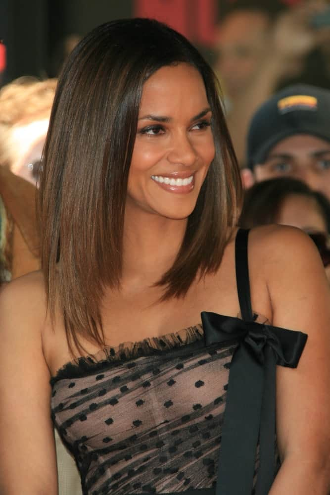 Halle Berry attended her Hollywood Walk of Fame Star Ceremony on 3 April 2007 in Los Angeles, California. She was brimming with joy in her sexy dress and shoulder-length straight hairstyle.
