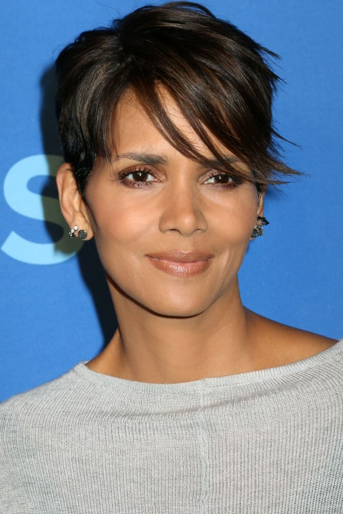 Halle Berry attended the 2014 CBS Upfront at Lincoln Center on May 14, 2014 in New York City. Her casual gray outfit was complemented by her sexy pixie hairstyle with side-swept bangs.