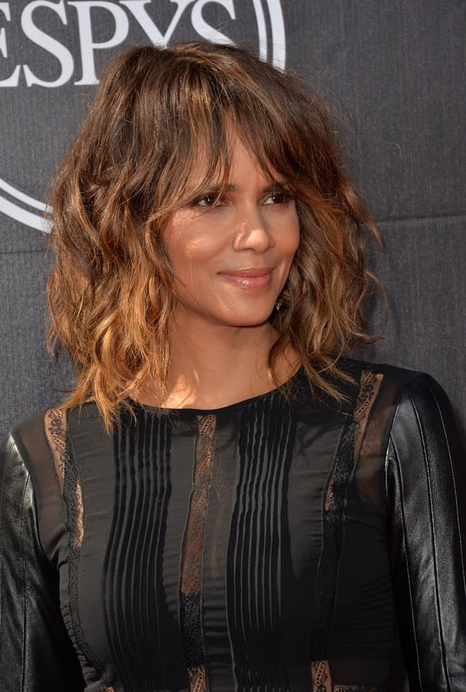 On July 15, 2015, Halle Berry attended the 2015 ESPY Awards at the Microsoft Theatre LA Live. She wore a black dress that totally complemented her loose, wavy and tousled shoulder-length hair.