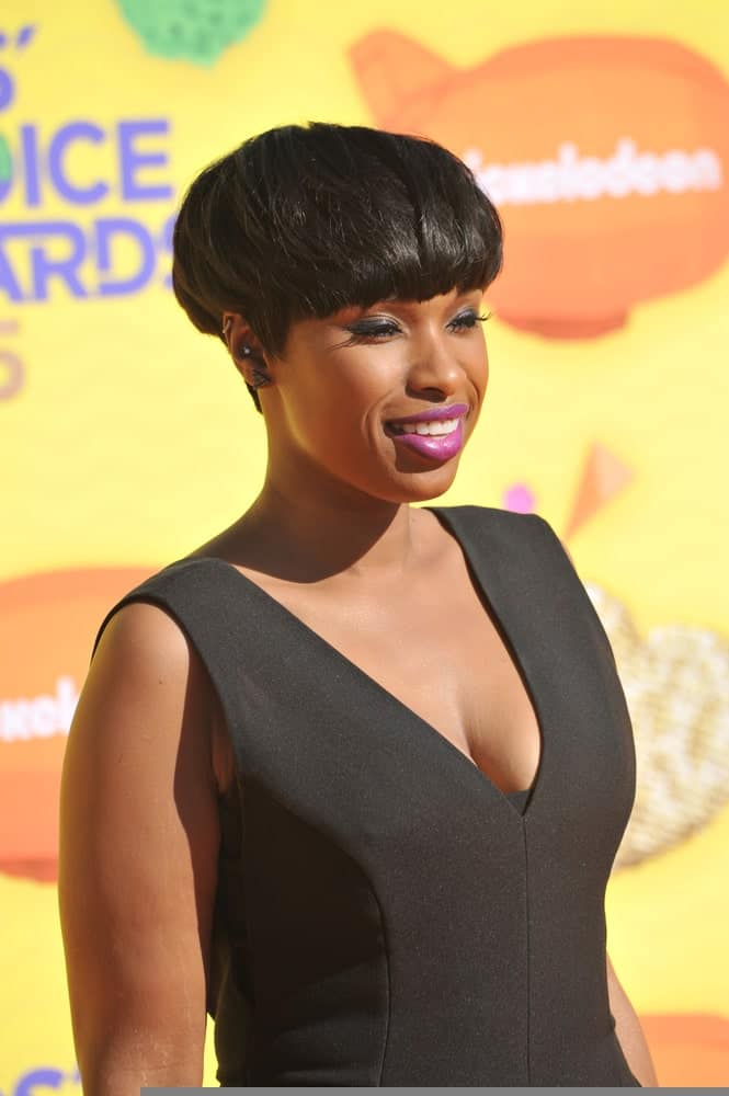 On March 28, 2015, Jennifer Hudson attended the 2015 Kids Choice Awards at The Forum, Los Angeles. She was lovely in a black outfit with her thick bowl-cut raven pixie hairstyle.
