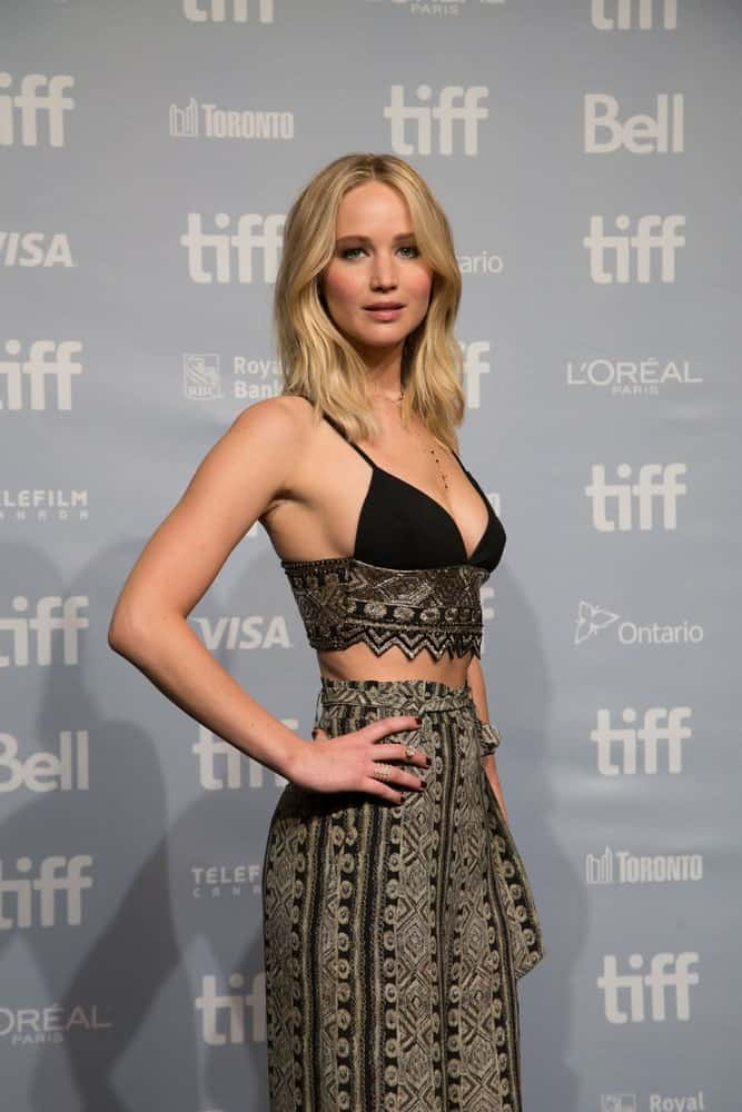 On September 10, 2017, actress Jennifer Lawrence flaunted her sexy figure with a two piece outfit that paired well with her straight shoulder-length blond hair with subtle waves at the Press Conference for the movie