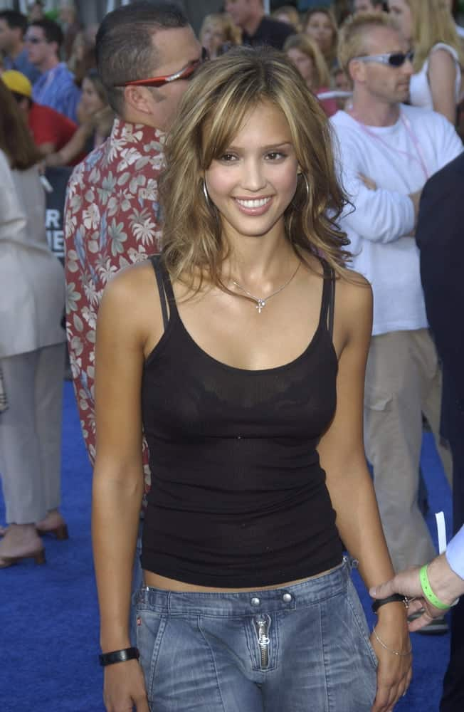 Jessica Alba was at the Teen Choice Awards in Hollywood on August 2, 2003. She was quite charming in her simple casual outfit that went pretty well with her tousled shoulder-length wavy layers.