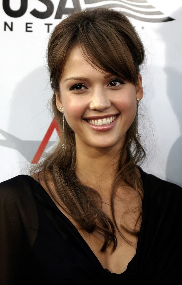 On June 10, 2004, Jessica Alba attended the 32nd AFI Life Achievement Award: A Tribute to Meryl Streep at the Kodak Theatre in Hollywood & Highland. She wore a simple black outfit to pair nicely with her highlighted dark brown half-up hairstyle.