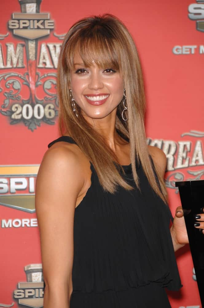 Jessica Alba won the Sexiest Superhero Award at the Spike TV Scream Awards 2006 at the Pantages Theatre in Hollywood on October 7, 2006. She came wearing a simple yet lovely black dress that she paired with a long and straight highlighted hairstyle with blunt bangs.