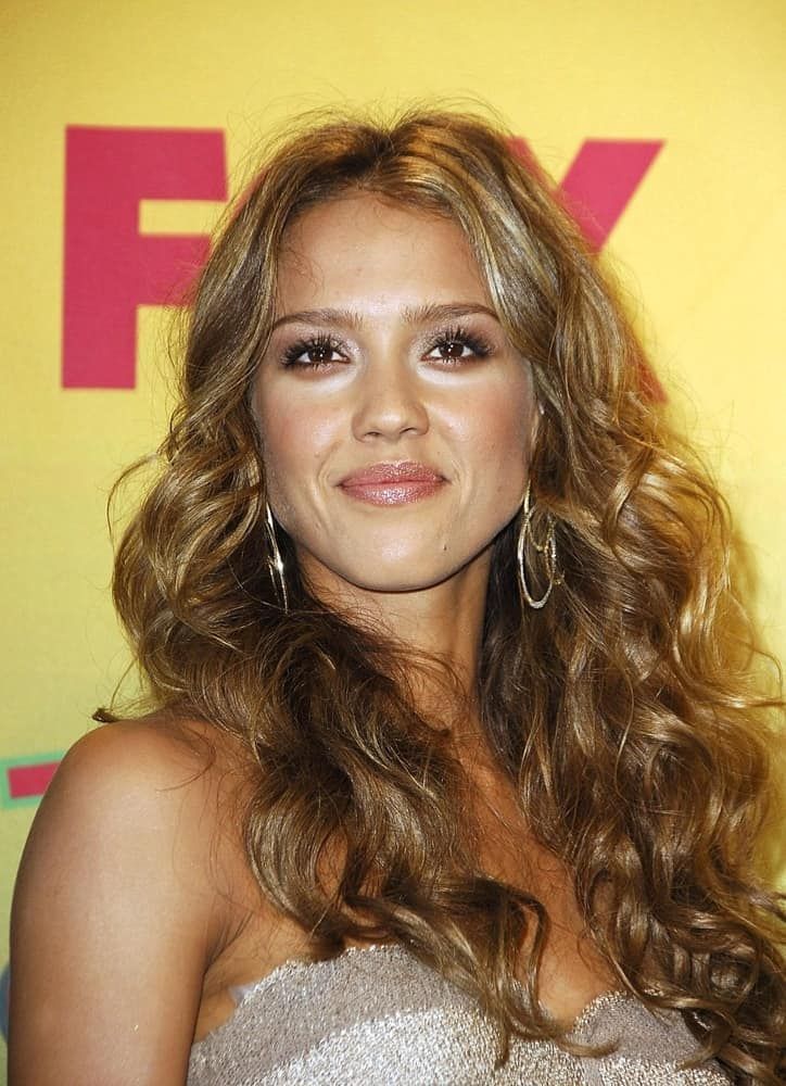 Jessica Alba was in the press room for TEEN CHOICE AWARDS 2006 in the Gibson Amphitheatre, Universal City, Los Angeles, CA, on August 20, 2006. She was quite charming in her long and curly layered sandy blond hairstyle with highlights.