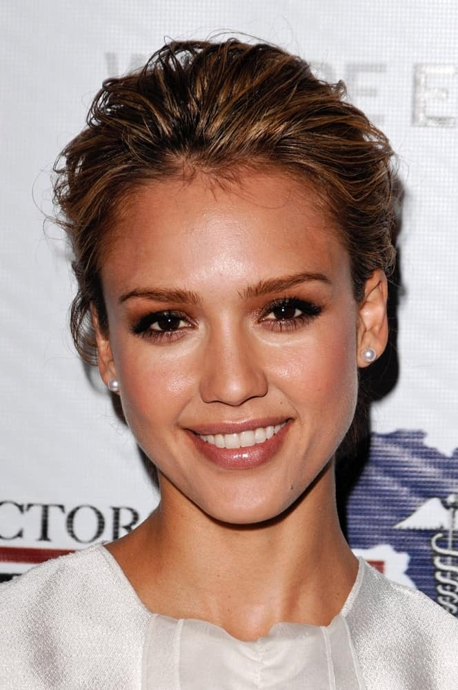 Jessica Alba was at the African First Ladies Health Summit held at The Beverly Hilton in Los Angeles, CA on April 21, 2009. She wore a lovely white dress that she perfectly paired with simple make-up and a tousled upstyle with highlights and loose tendrils.