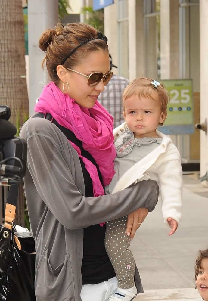 Jessica Alba and her daughter, Honor Marie Warren visited a toy store with her Daughter in Beverly Hills, CA on May 30, 2009. She was seen wearing a simple and casual outfit to pair with her messy and loose bun hairstyle with a headband.