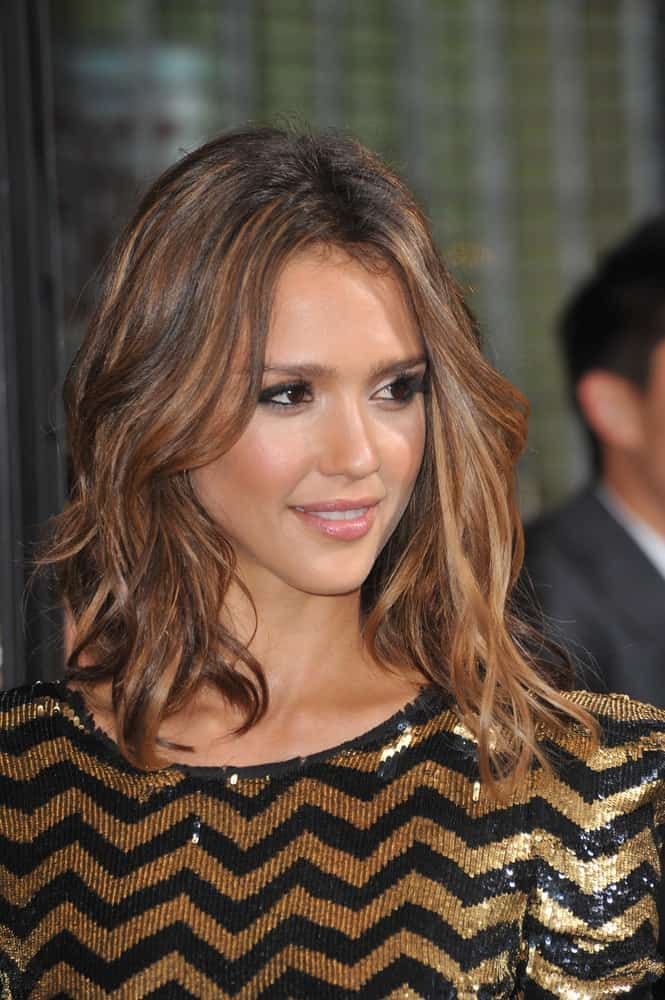 Jessica Alba wore an elegant gold and black shiny dress to pair with her simple make-up and shoulder-length tousled wavy hairstyle with highlights at the Los Angeles premiere of her new movie
