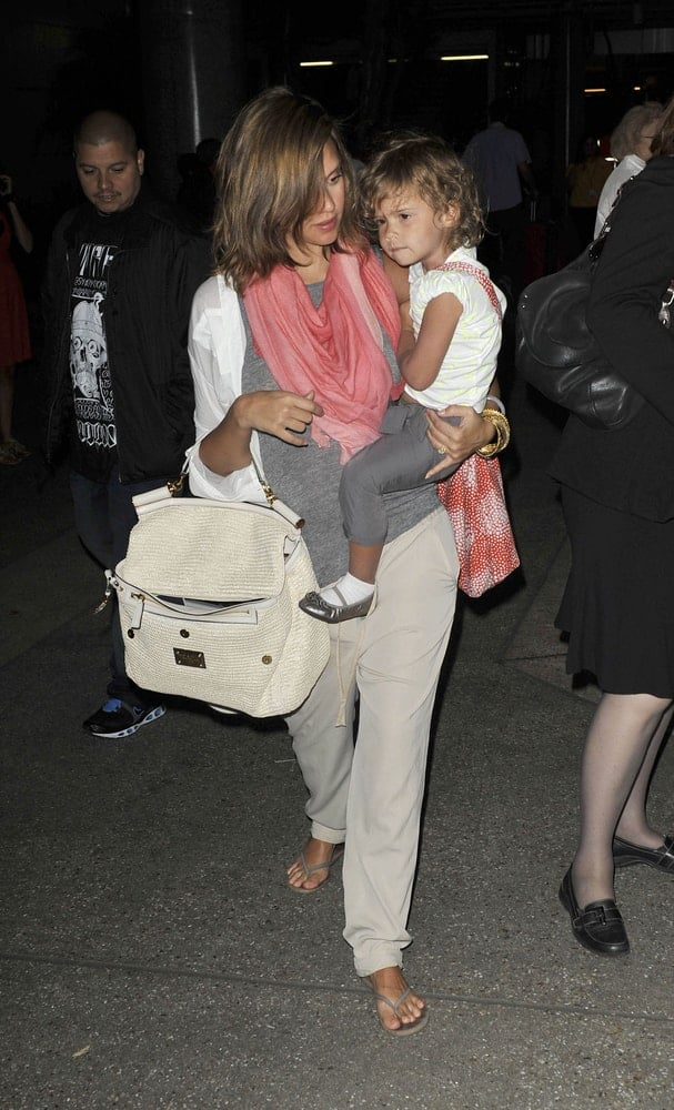 Actress Jessica Alba and her daughter, Honor were at LAX airport on May 14 in Los Angeles, California. She was wearing a simple and carefree casual outfit with her medium-length hairstyle that was loose and tousled with layers and highlights.