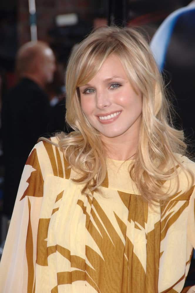 Kristen Bell exhibited a charming aura with her side-parted blonde waves at the world premiere of