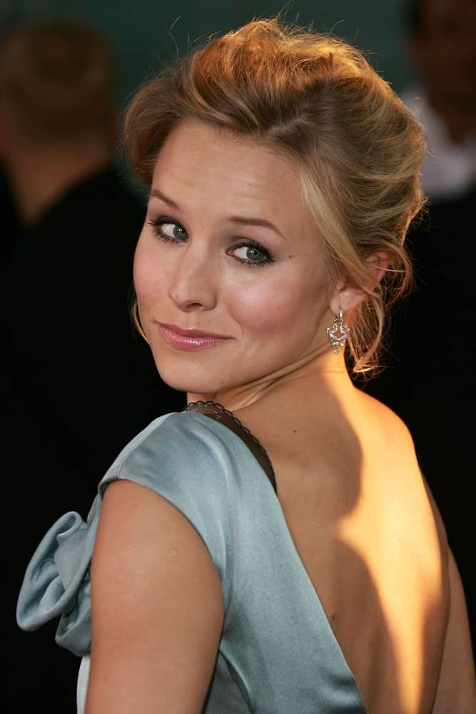 Kristen Bell with her highlighted blonde locks arranged into a classic upstyle. This was taken at the premiere of