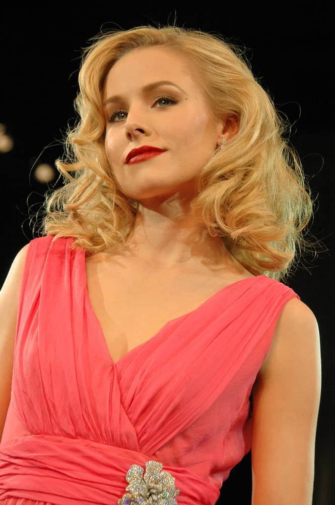 Kristen Bell went for a glam retro look featuring her short side-parted curls at the Max Factor Fashion Show Benefiting Clothes Off Our Back Charity last March 14, 2007.