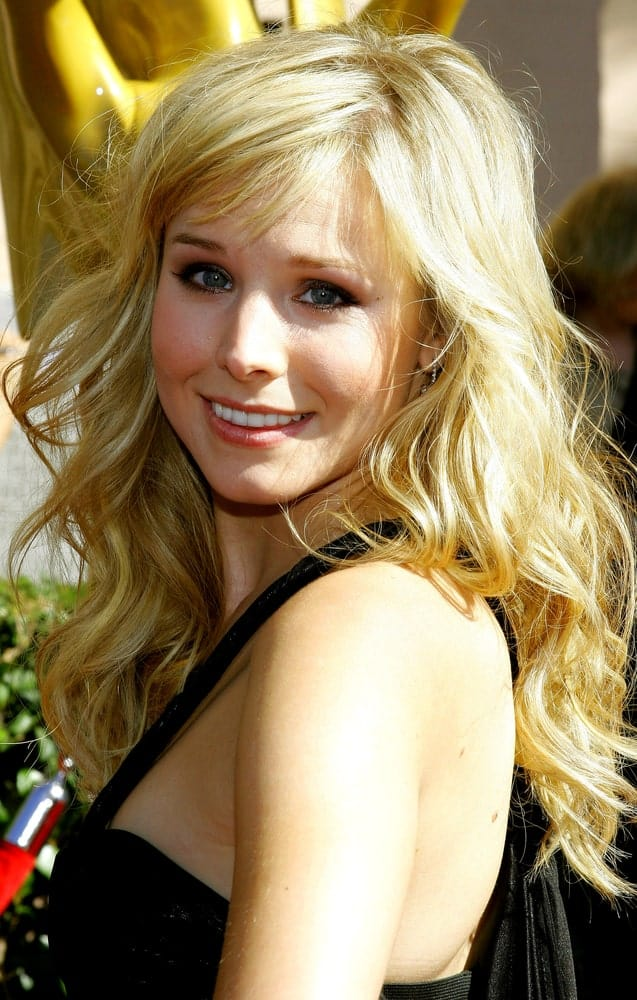 During the 2007 Primetime Creative Arts Emmy Awards on September 8th, Kristen Bell wore a simple black dress along with her voluminous tousled waves.