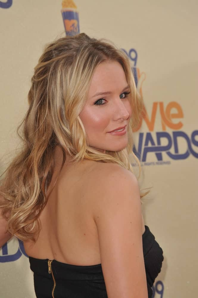 Kristen Bell flaunted her highlighted blonde waves in a sleek half updo during the 2009 MTV Movie Awards at Universal Studios, Hollywood on May 31, 2009.
