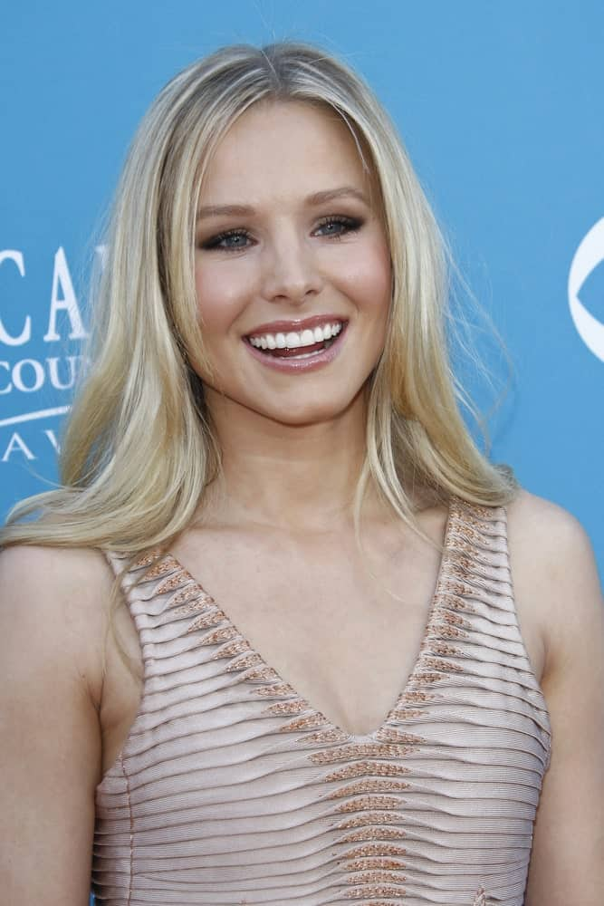 Kristen Bell during the 45th Annual Academy of Country Music Awards held the MGM Grand Garden Arena on April 18, 2010, flaunting her blonde tresses in tousled loose style with a middle parting.
