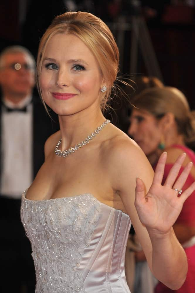Kristen Bell looked fascinating in a loose upstyle with tendrils at the 86th Annual Academy Awards held on March 2, 2014. She finished the look with an embellished form-fitting gown and silver accessories.