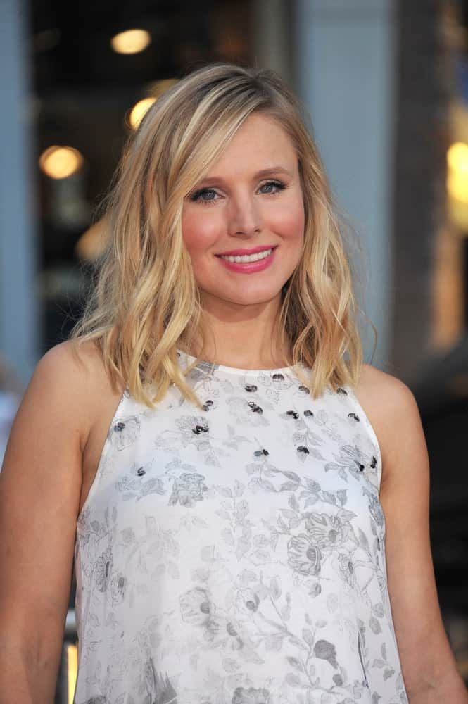 Kristen Bell paired her white floral dress with a tousled wavy hairstyle at the Los Angeles premiere of