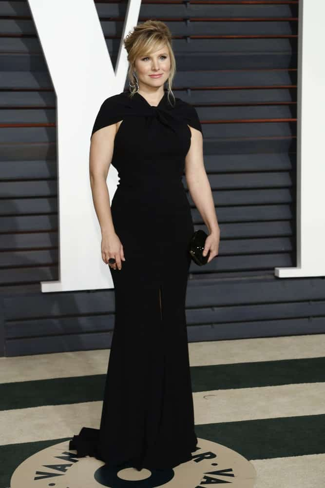 Kristen Bell arrived at the Vanity Fair Oscar Party 2015 at the Wallis Annenberg Center for the Performing Arts on February 22, 2015, wearing a classic black dress along with a fab upstyle that's incorporated with side-swept bangs and tendrils.