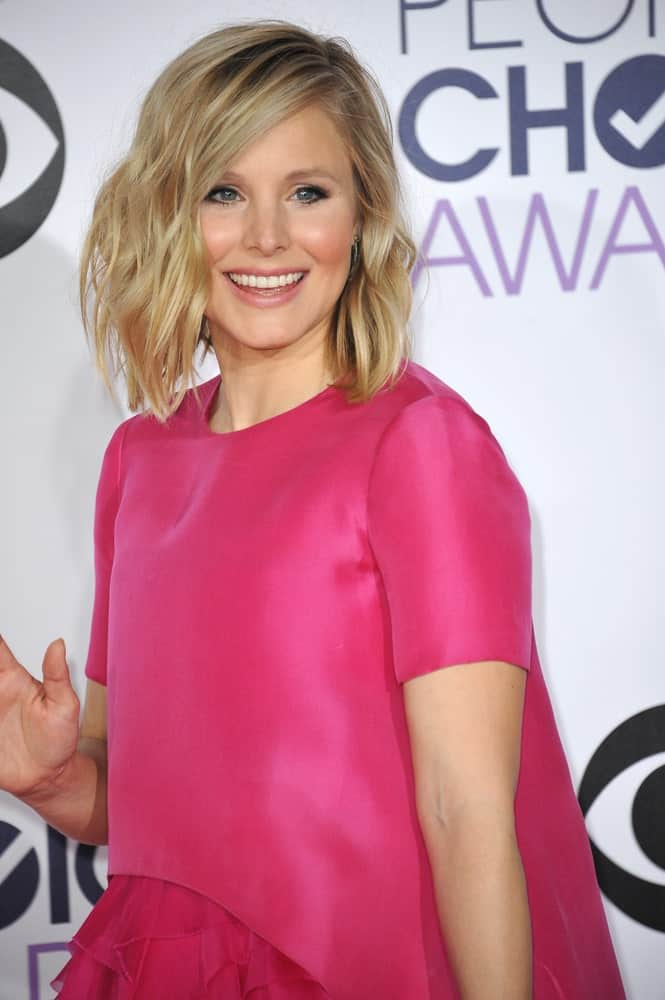 Kristen Bell was spotted at the 2015 People's Choice Awards at the Nokia Theatre L.A. Live downtown Los Angeles on January 7, 2015, sporting her beach highlighted waves that she paired with a vibrant pink dress.
