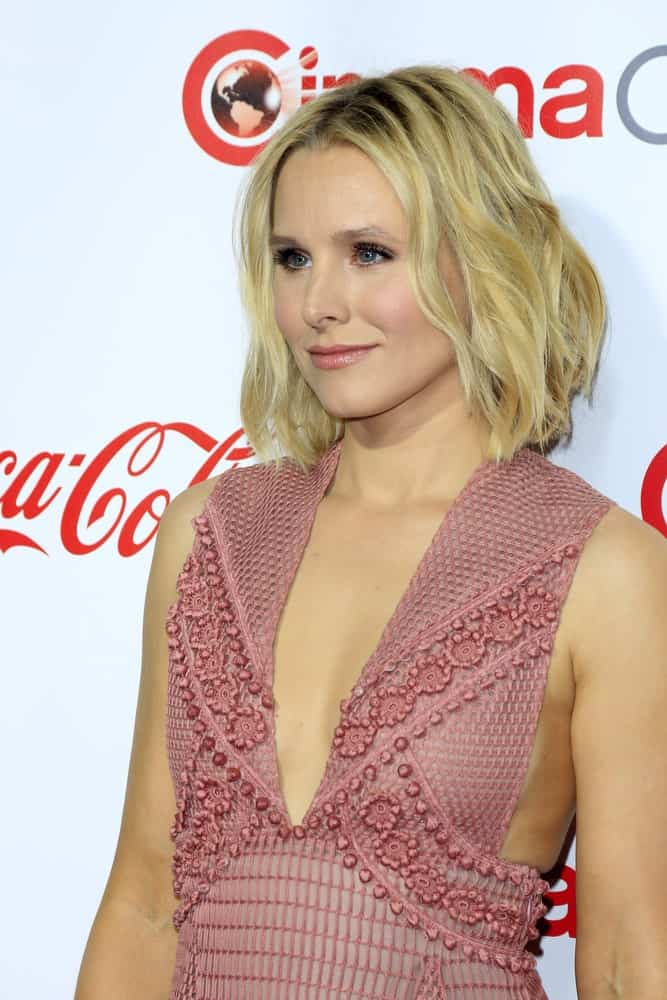Kristen Bell showcased her casual blonde waves with dark roots that she paired with a lovely pink dress at the CinemaCon Awards Gala at the Caesars Palace on April 14, 2016.