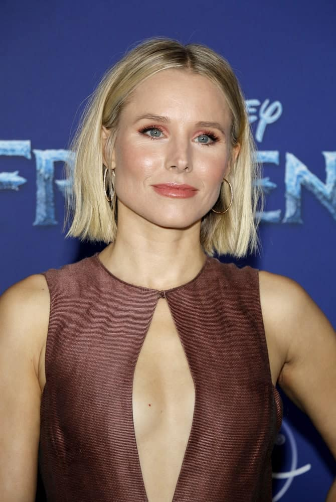 Kristen Bell arrived for the world premiere Disney's 'Frozen 2' held at the Dolby Theatre in Hollywood, USA on November 7, 2019. She wore a daring brown dress paired with a tousled bob cut with a middle parting.