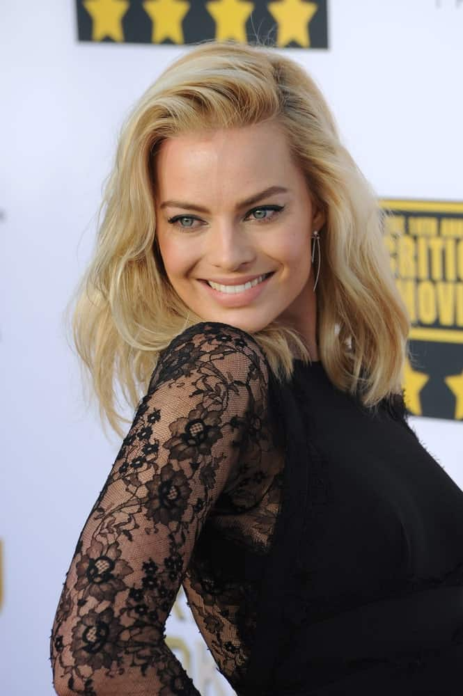 On January 16, 2014, Margot Robbie arrived for the 19th Annual Critics' Choice Awards at The Barker Hangar, Santa Monica Airport sporting her blonde side-swept waves.