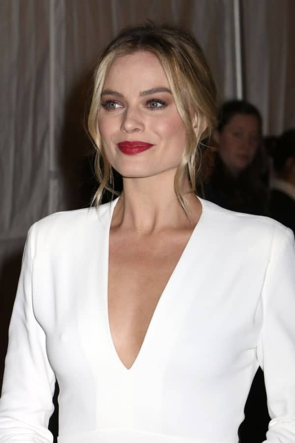 Margot Robbie attended the 26th Annual Gotham Independent Film Awards on November 28, 2016 showing off her white deep V-neck gown by CK. Hairstylist Christian Wood locks her medium-length blonde hair into a low knot, with a few pieces in front, giving her a retro-glam look.