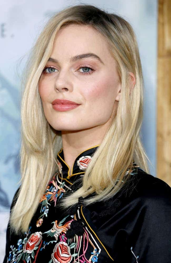 Margot Robbie with a natural-looking hairstyle at the Los Angeles premiere of 'The Legend Of Tarzan' 2016 last June 27, 2016. It is parted at one side which perfectly went with her Chinese-style dress.
