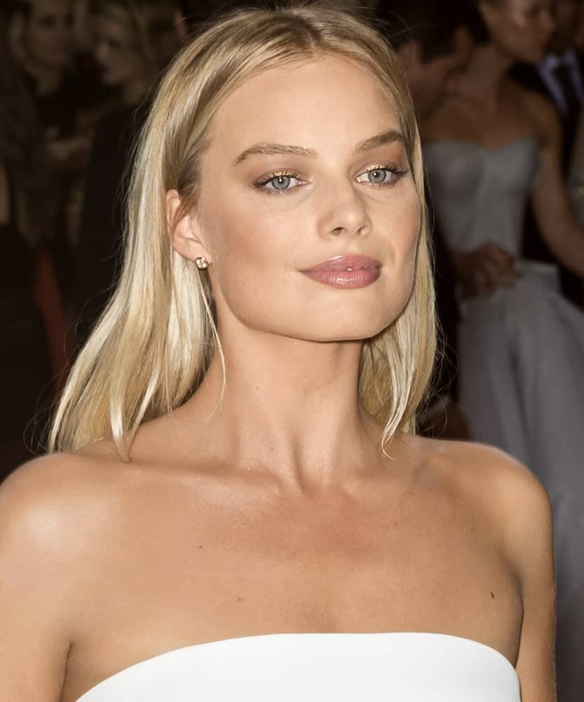 Margot Robbie exhibited a classy look with a white tube dress and a simple center-parted straight hairstyle during the Manus x Machina Fashion in an Age of Technology Costume Institute Gala on May 2, 2016.