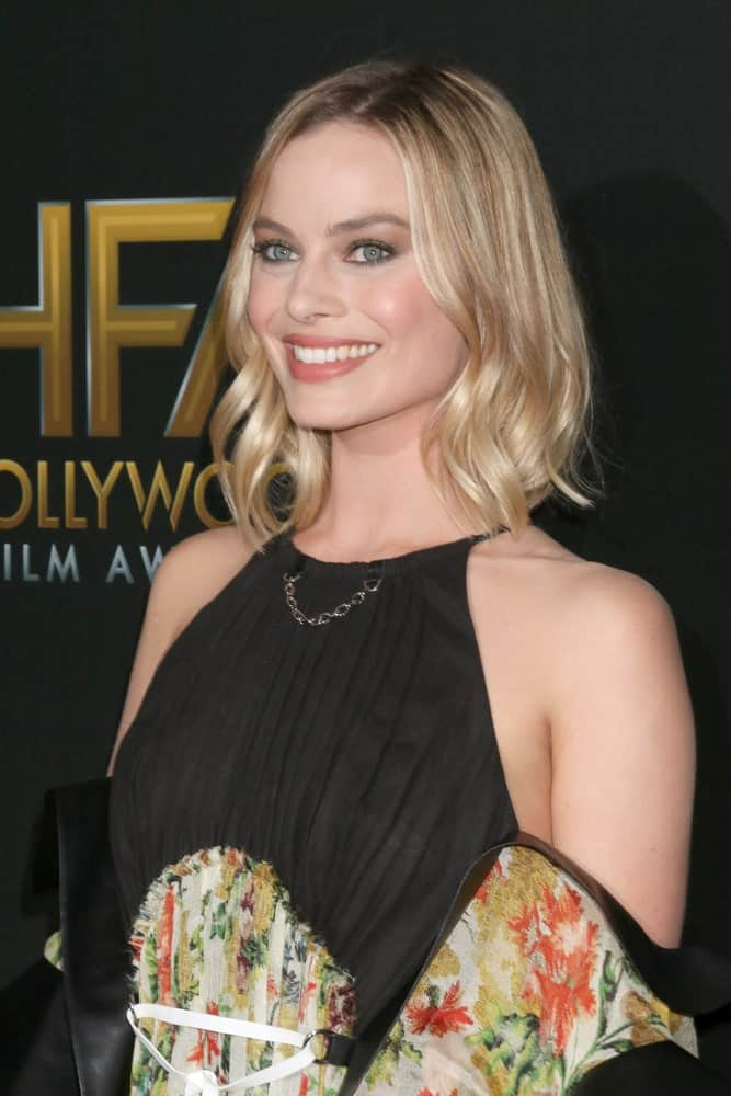 Margot Robbie had her short blonde locks curled at its ends during the 2017 Hollywood Film Awards at Tao on November 5, 2017. She completed the look with a halter, cold shoulder dress and natural-looking makeup.