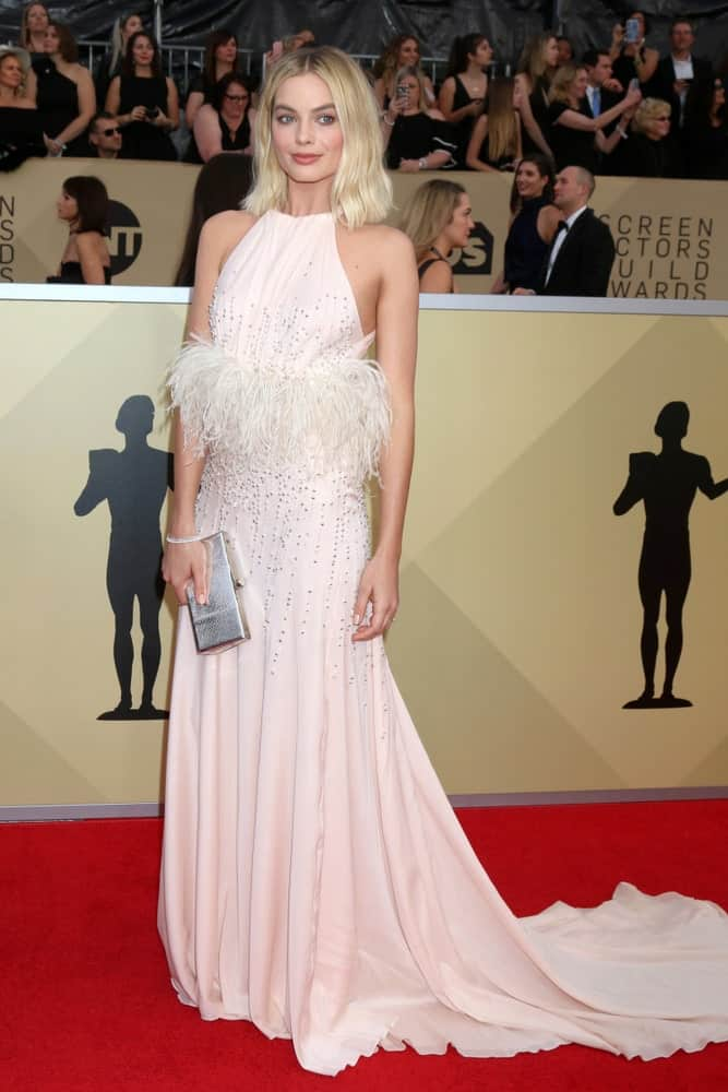 Margot Robbie appeared at the 24th Screen Actors Guild Awards last January 21, 2018. She wore a charming blush halter dress along with a short center-parted hairstyle.