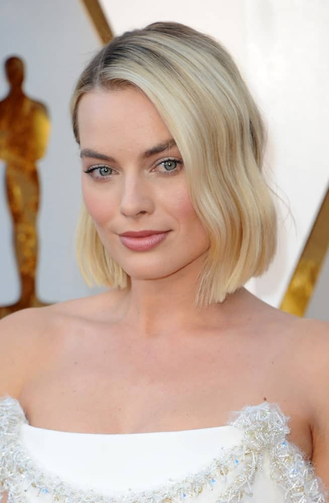 Margot Robbie flaunted her side-parted blonde tresses with subtle waves and dark roots at the 90th Annual Academy Awards held last March 4, 2018.