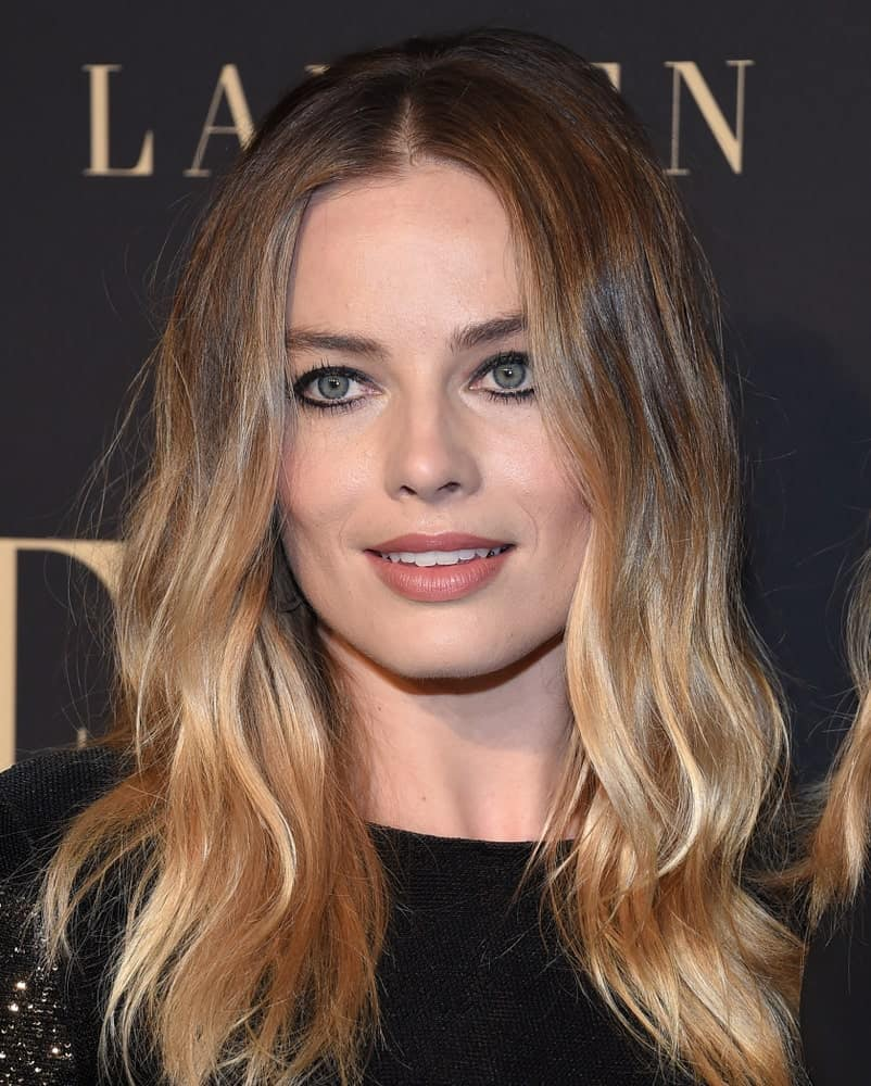 On October 14, 2019, Margot Robbie opted for highlighted waves with a center part at the ELLE Women in Hollywood. She finished the look with a classic black dress and defined eye makeup.