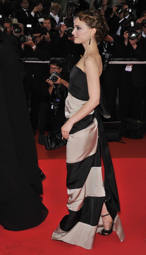 Natalie Portman was at the closing gala ceremony of the 61st Annual International Film Festival de Cannes on May 25, 2008 in Cannes, France. Her long strapless dress went quite perfectly with her curly highlighted bun hairstyle.
