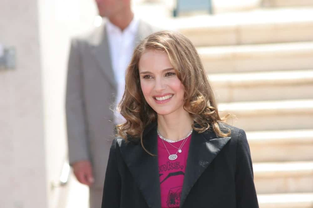 Juror Natalie Portman attended the Jury photocall during the 61st Cannes International Film Festival on May 14, 2008 in Cannes, France. She came wearing a smart casual outfit that fit with her loose shoulder-length hairstyle that has curls at the tips.