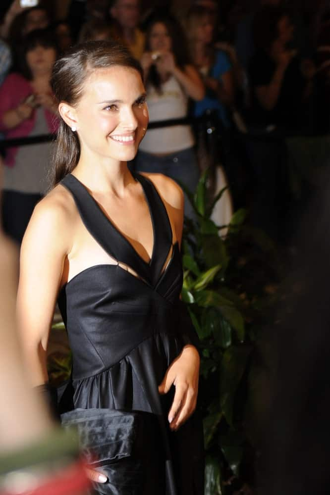Natalie Portman was at the White House Correspondents' Dinner on May 9, 2009 in Washington, D.C. She wore a lovely black leather dress and paired it with a simple low ponytail hairstyle and brilliant smile.