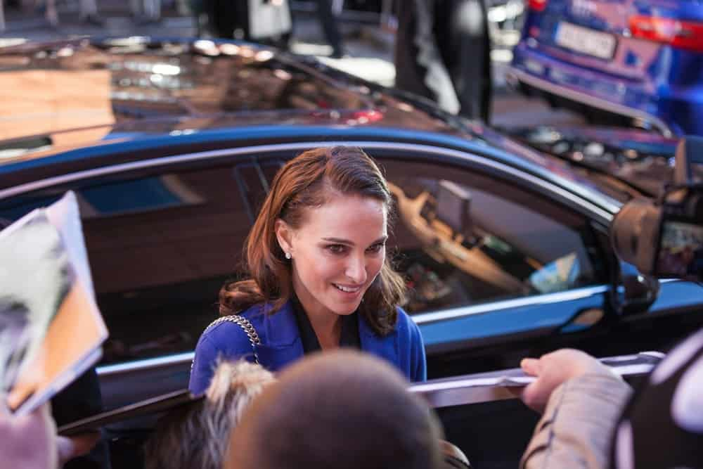 Natalie Portman signed autographs at the press conference of the film