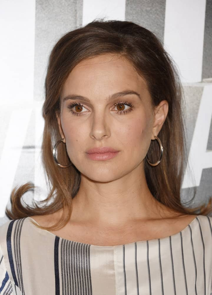 Natalie Portman attended the 30th Israel Film Festival Gala Awards on November 9, 2016 in Beverly Hills, CA. She wore a striped outfit to match her simple make-up and long flippy half-up hairstyle with side-swept bangs.