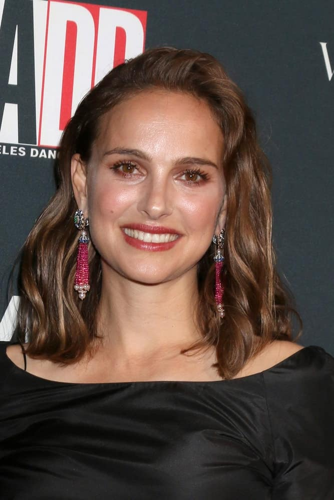 Natalie Portman paired a couple of gorgeous earrings to her loose and tousled shoulder-length dark brown hairstyle with waves at the 2017 Los Angeles Dance Project Gala at the LA Dance Project on October 7, 2017 in Los Angeles, CA.